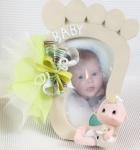 Cadeau de naissance : souvenir photo en forme de pied de bébé